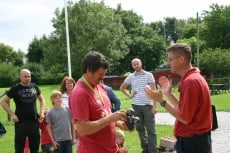 Fjolårsmästaren Peter överlämnar Kullshage Trophy till Roland