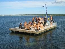 Förväntalsfulla traiathlondeltagare på väg mot simningen från Storugns