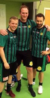 KIK:s tre badmintonspelare. Artikelförfattaren Adam till vänster